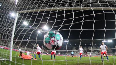 Hamburgs Torwart Sven Ulreich (l) kann den Treffer zum 1:0 nicht abwehren.