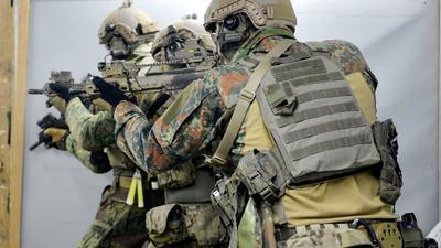 Soldaten trainieren im Schießausbildungszentrum auf dem Kasernengelände des Kommandos Spezialkräfte (KSK) in Calw.