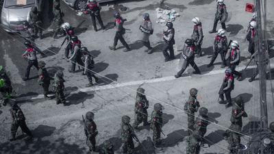Soldaten und Bereitschaftspolizisten bei einem Protest in Rangun.