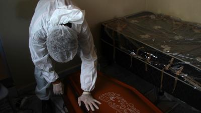 Ein Mitarbeiter eines öffentlichen Bestattungsdienstes in Manaus verschließt einen Sarg mit dem Leichnam eines Mannes, der an Komplikationen im Zusammenhang mit Covid-19 gestorben ist.