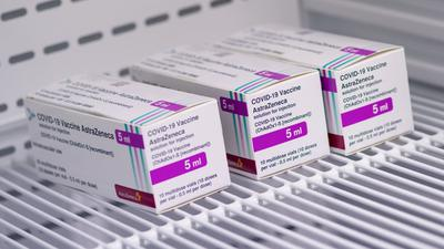 Der Corona-Impfstoff von Astrazeneca liegt im Impfzentrum in München.