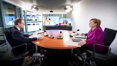 Kanzlerin Angela Merkel und der Regierende Bürgermeister von Berlin, Michael Müller zu Beginn der Videokonferenz.