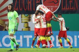Die Spieler von RB Leipzig feiern das Tor zum 1:0 gegen den VfL Wolfsburg durch Stürmer Yussuf Poulsen (verdeckt).