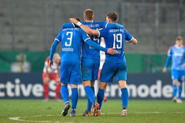 Kieler Helden feiern den Einzug ins DFB-Pokal-Halbfinale auf dem Platz - und später auch im Bus.