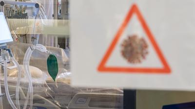 Ein Intensivbett mit Beatmungseinheit steht auf einer Corona-Station.