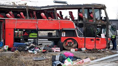 Ein verunglückter Bus steht auf der Straße. Bei einem Unfall eines ukrainischen Busses im Südosten Polens kamen mehrere Menschen ums Leben.
