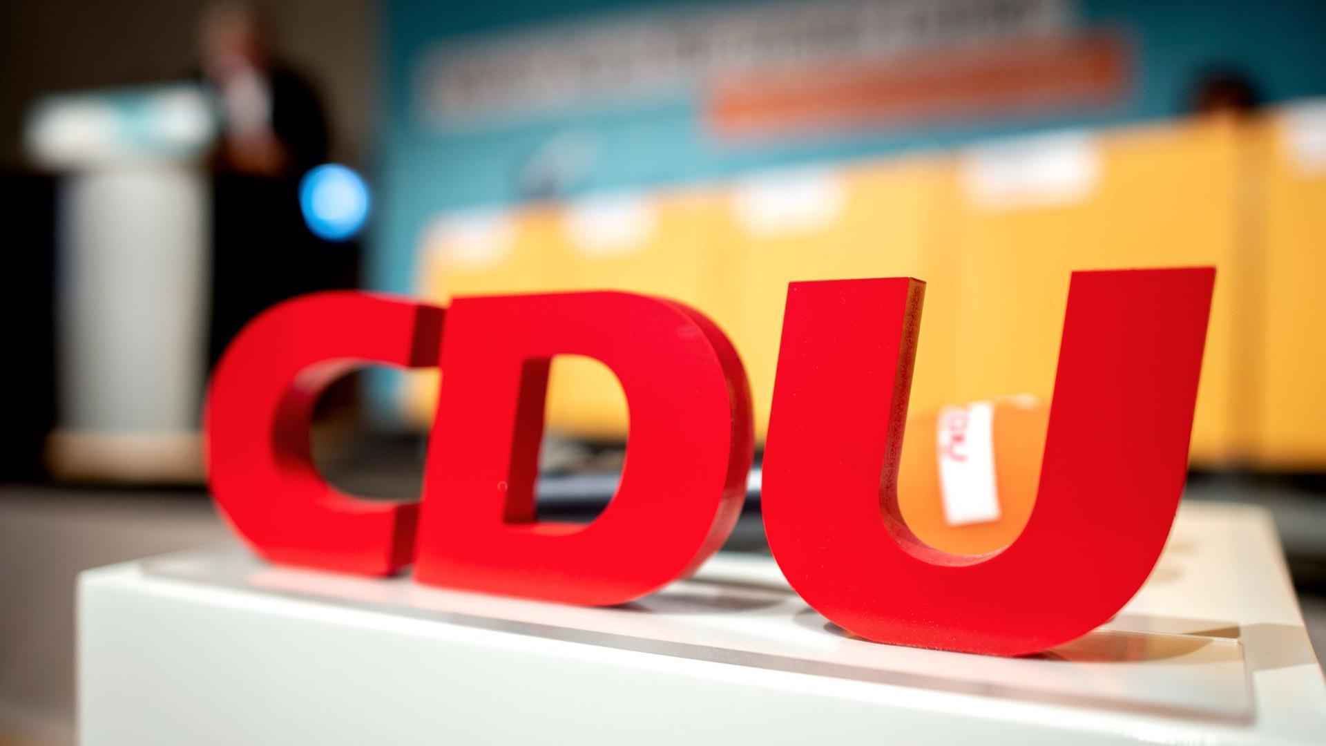 Das Logo der CDU auf einem Parteitag.