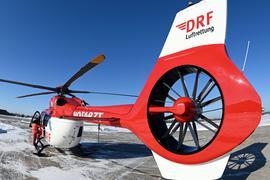 Der fünfblättrige Hubschrauber des Typs H145 der DRF Luftrettung steht am Flughafen Karlsruhe/Baden-Baden.