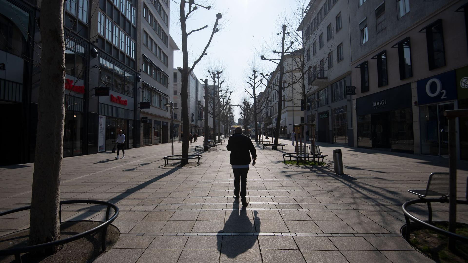 Nur wenigen Menschen sind an einem frühen Nachmittag eines Werktags auf der Einkaufsmeile Königstraße in Stuttgart zu sehen.