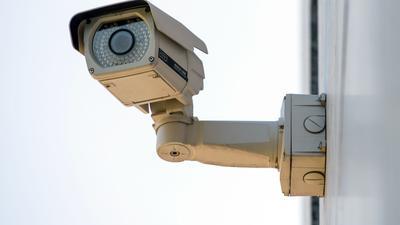 In den USA sind 150.000 Überwachungskameras einem Hacker-Angriff zum Opfer gefallen.