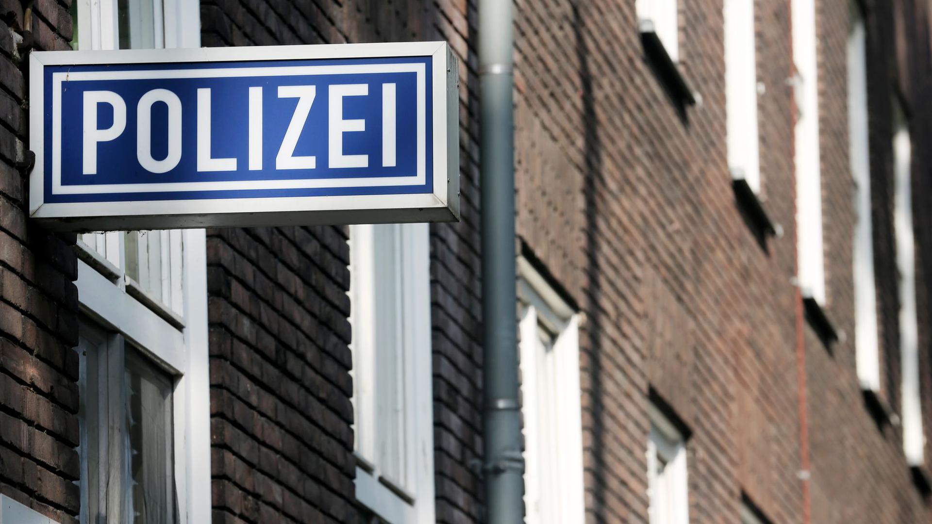 Ein Polizei-Schild hängt am Polizeipräsidium in Mülheim an der Ruhr.