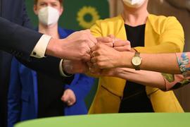 Mitglieder und Anhänger von Bündnis 90/Die Grünen bringen ihre Fäuste zusammen nach der Bekanntgabe der ersten Prognose zum Ergebnis der Landtagswahlen in Baden-Württemberg.