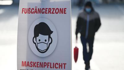 Ein Schild weist auf die Maskenpflicht in der Fußgängerzone von Göppingen hin.