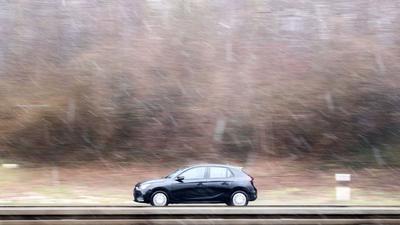 Ein Auto fährt über den Messeschnellweg in Hannover.