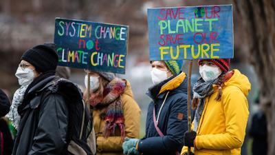 """Unterstützer der Bewegung """"Fridays for Future"""" haben mit verschiedenen Aktionen für eine bessere Klimaschutzpolitik demonstriert."""