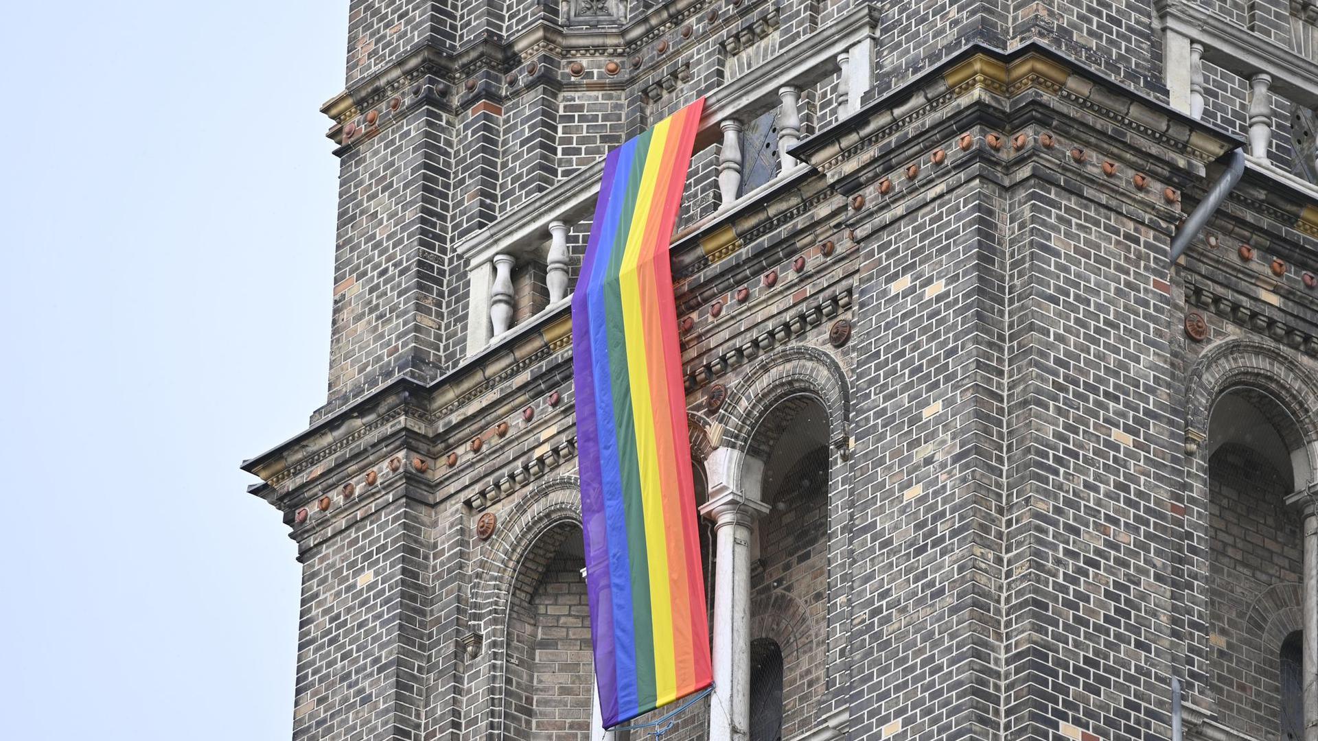 Eine Regenbogenfahne schmückt die Pfarrkirche Breitenfeld in Wien.