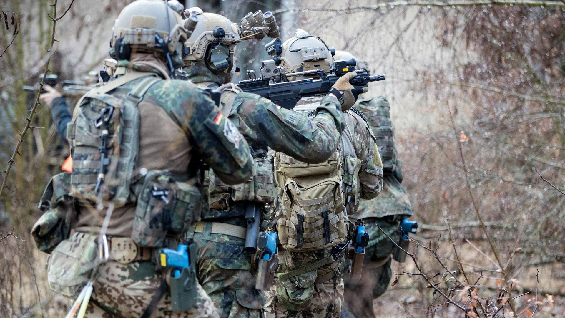 Bundeswehrsoldaten der Eliteeinheit Kommando Spezialkräfte (KSK) bei einem Übungseinsatz.