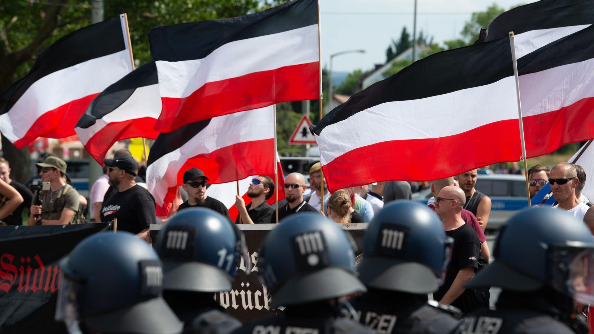 """Anhänger der rechtsextremen Kleinstpartei """"Die Rechte"""" während einer Demonstration in Kassel."""