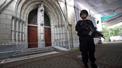 Ein bewaffneter indonesischer Anti-Terror-Polizist vor einer Kathedralkirche in Jakarta.