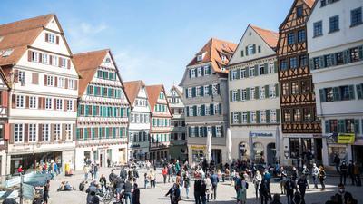 Zahlreiche Menschen tummeln sich auf dem Tübinger Rathausplatz.