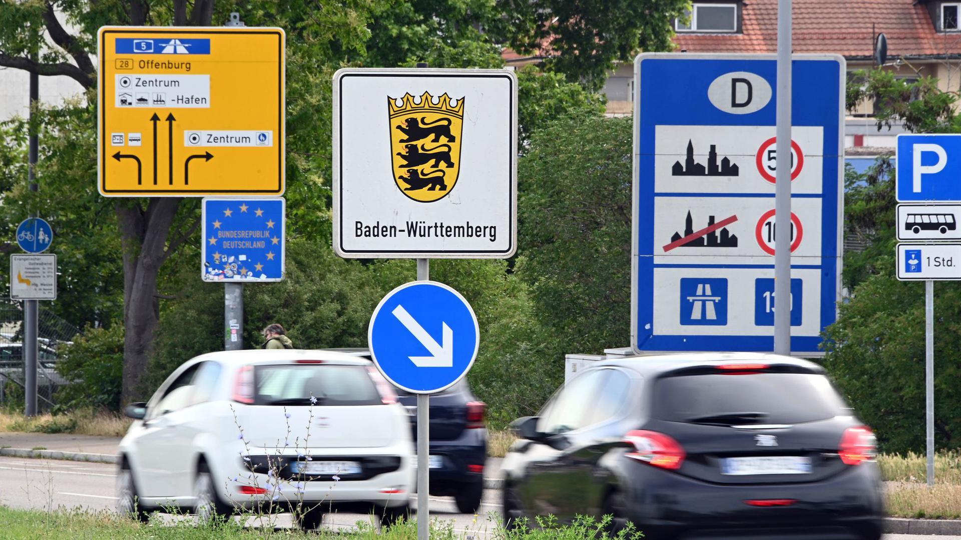 Am deutsch-französischen Grenzübergang Kehl fahren Autos nach Deutschland.