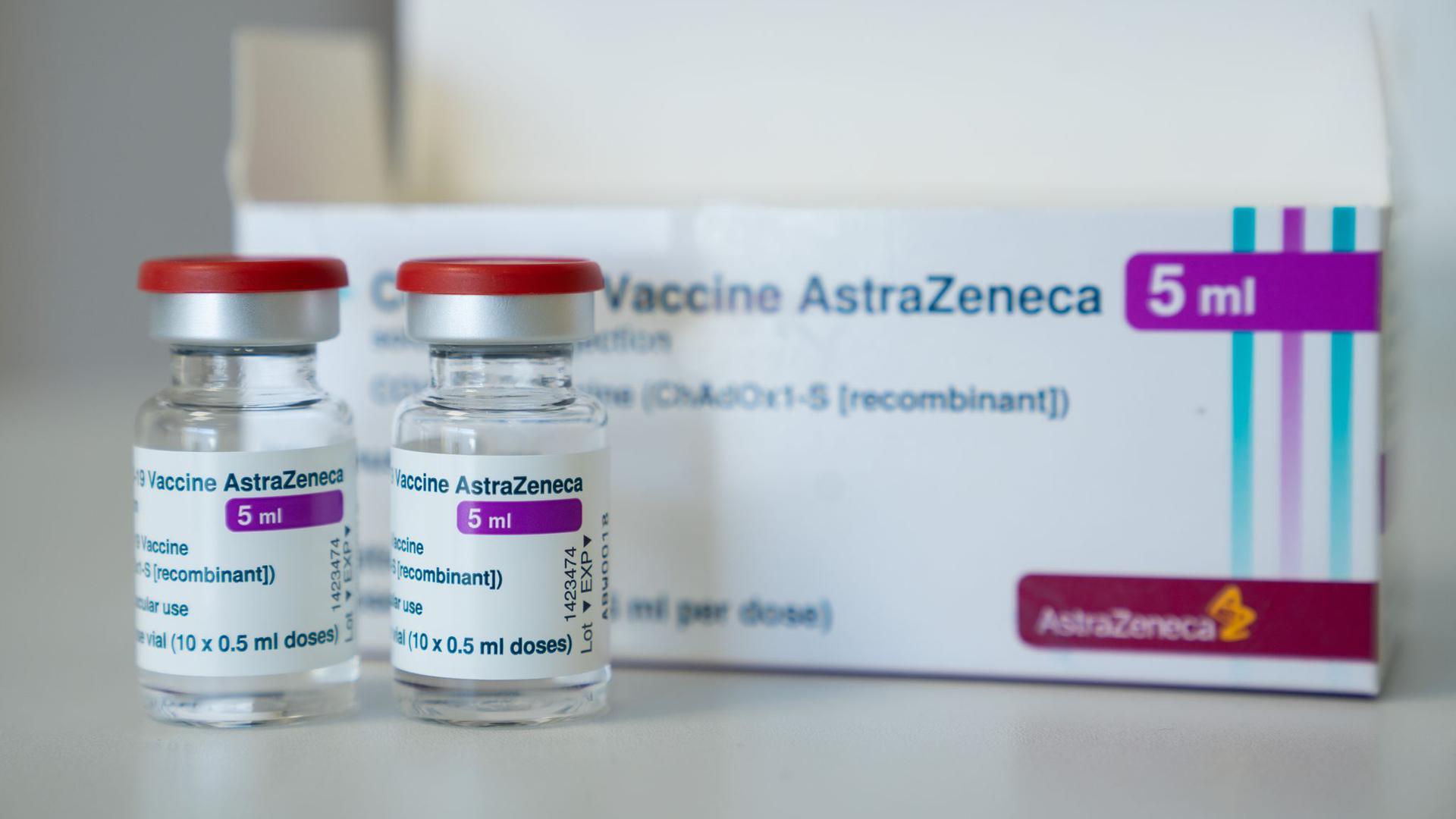 In einer Hausarztpraxis stehen Ampullen des Corona-Impfstoffs des Schwedisch-Britischen Herstellers AstraZeneca.
