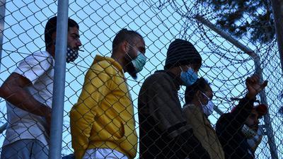 Migranten in einem Flüchtlingscamp am Hafen von Vathy auf der Insel Samos beobachten den Besuch der EU-Innenkommissarin Johansson.