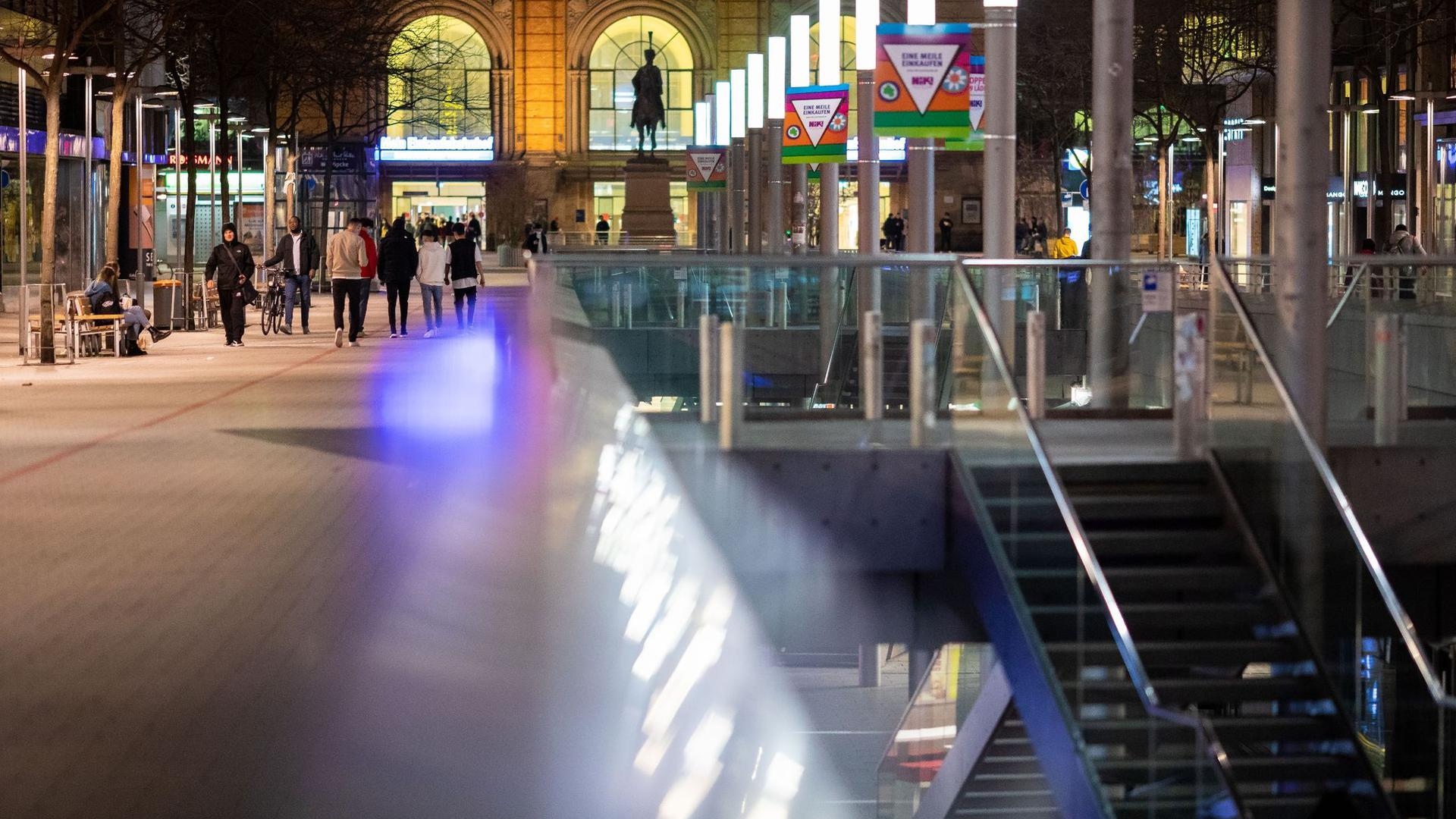 Passanten gehen am Abend durch die Innenstadt von Hannover.