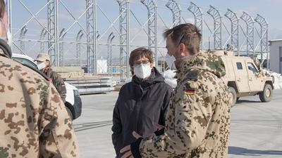 Verteidigungsministerin Annegret Kramp-Karrenbauer sieht die in Afghanistan stationierten Soldaten in größerer Gefahr.
