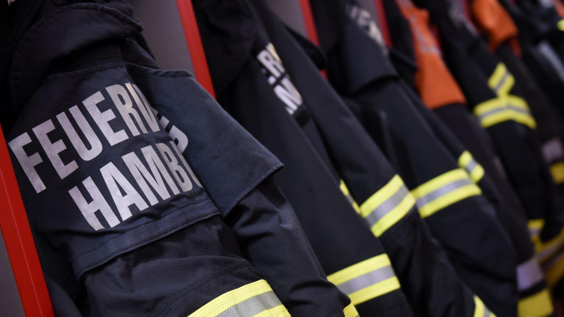 Feuerwehr-Einsatzjacken hängen in einer Feuerwache inHamburg.