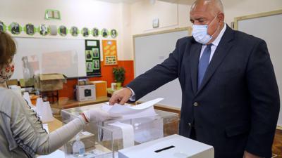 Ministerpräsident Boiko Borissow gibt während der Parlamentswahl seine Stimme ab.