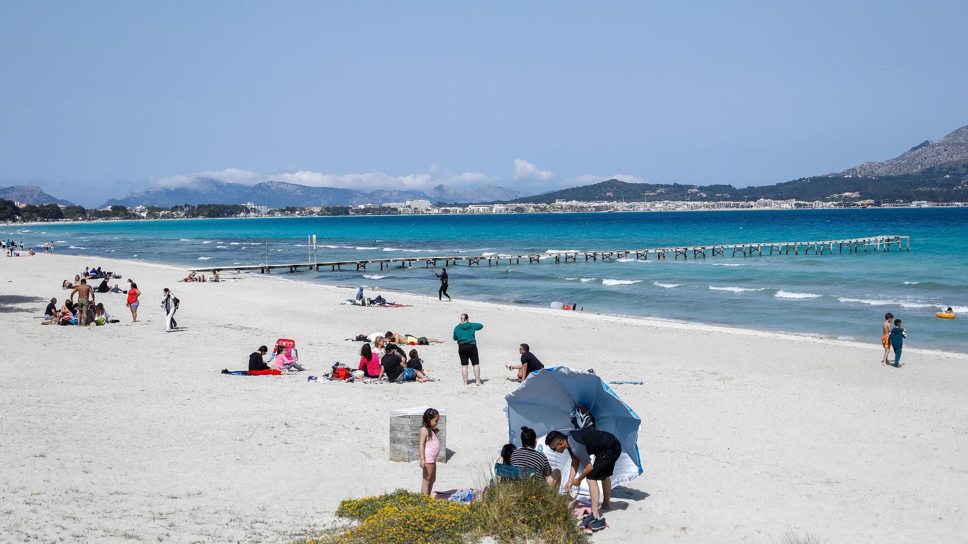 Appelle statt Verbot: Nach wie vor sind Urlaubsreisen zu Zielen wie Mallorca erlaubt - trotz bedenklicher Infektionslage.