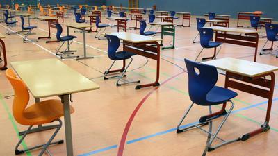 In einer Turnhalle in Leipzig sollen die Abiturprüfungen unter größten hygienischen Bedingungen geschrieben werden.