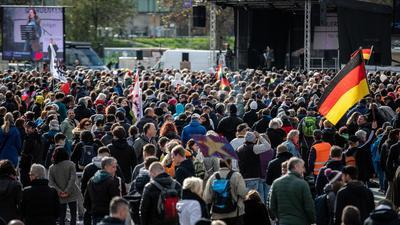 """Zahlreiche Menschen trugen bei der jüngsten Demonstration der Initiative """"Querdenken"""" auf dem Cannstatter Wasen keine Maske."""