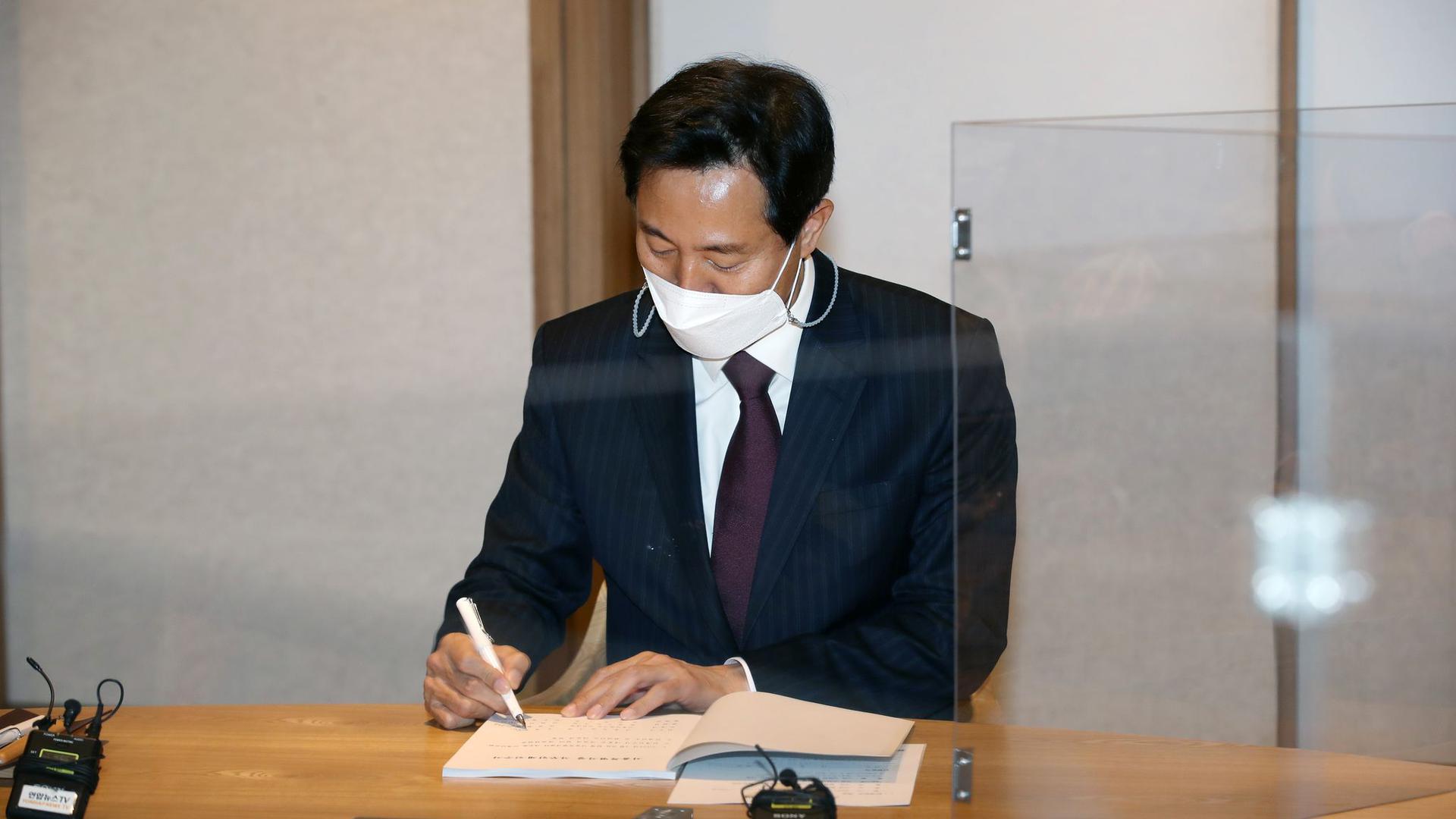 """Oh Se Hoon, Kandidat für die Bügermeisterwahl in Seoul, gewinnt die Nachwahlen für die oppositionelle """"People Power Party""""."""