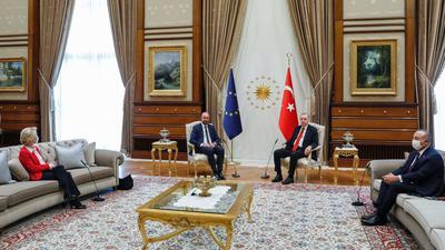 Dieses vom Europäischen Rat zur Verfügung gestellte Foto zeigt den türkischen Präsidenten Recep Tayyip Erdogan (2.v.r) und den türkischen Außenminister Mevlut Cavusoglu (r) während eines Treffens mit EU-Kommissionspräsidentin Ursula von der Leyen (l) und EU-Ratspräsident Charles Michel.