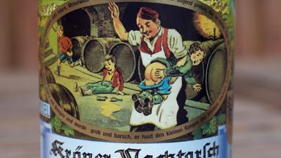 """Das Etikett """"Kröver Nacktarsch"""" ziert eine Weinflasche."""