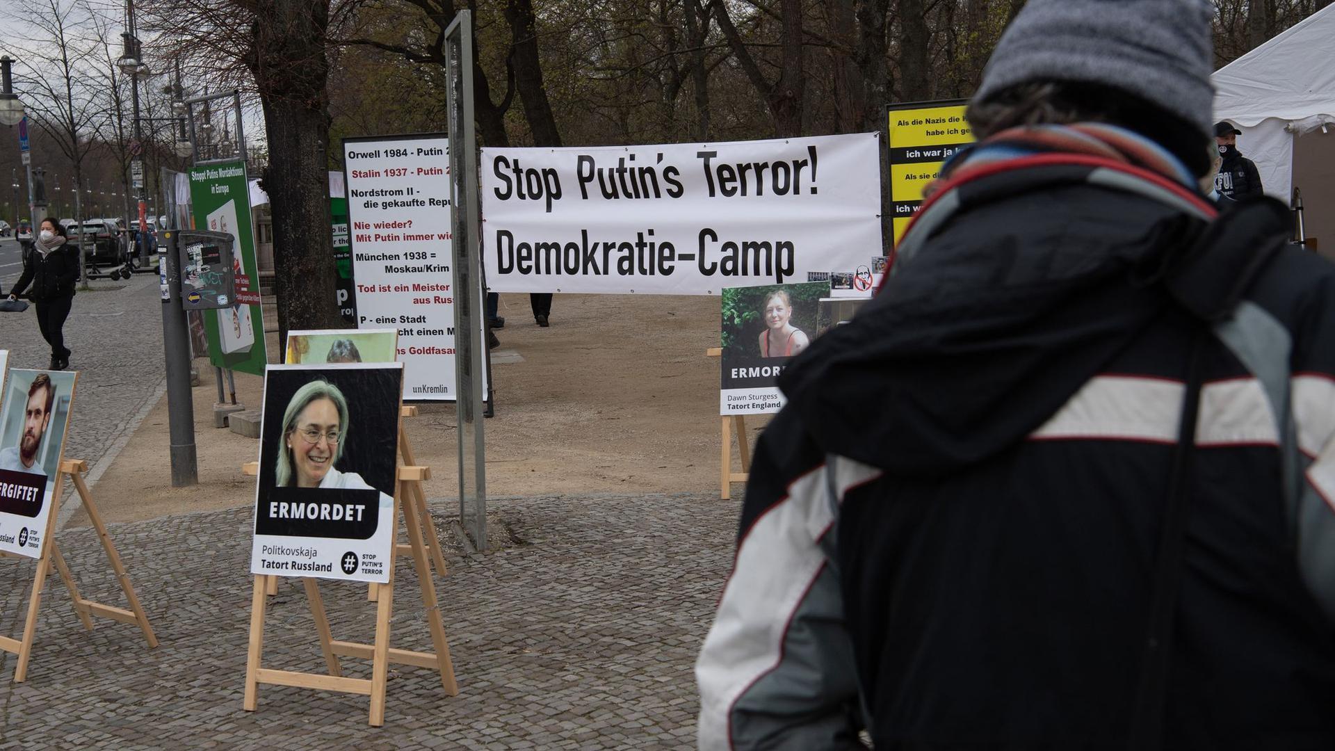 """""""Stop Putin's Terror!"""" steht auf einem Transparent am Camp unweit des Brandenburger Tors in Berlin."""