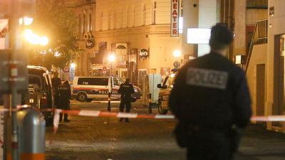 Polizeibeamte im Stadtzentrum von Wien in der Nacht des Anschlags am 2. November 2020.