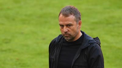 Trainer Hansi Flick und die Bayern reisen in vielerlei Hinsicht angeschlagen nach Paris.