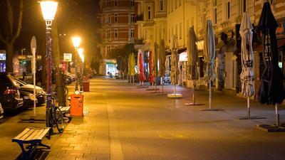 Das beliebte Schanzenviertel ist menschenleer, nachdem in Hamburg die nächtliche Ausgangsbeschränkung in Kraft getreten ist.