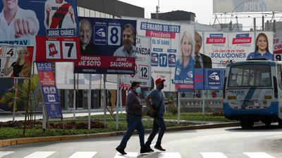 Wahlplakate der Kandidaten stehen an einer Straße in Lima.