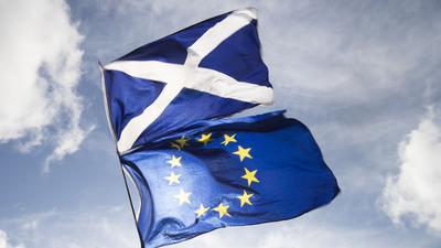 Die Flaggen von Schottland und der EU.