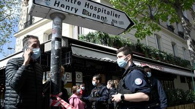 Polizisten sperren das Gebiet um das Krankenhaus Henry Dunant ab. In Paris ist mindestens ein Mensch in der Nähe eines Krankenhauses durch Schüsse getötet worden.