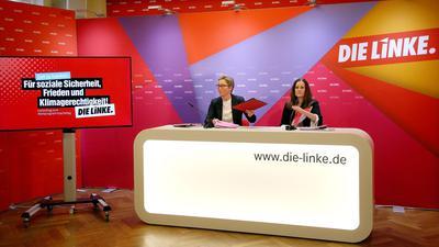 Susanne Hennig-Wellsow (l) und Janine Wissler, beide Vorsitzende der Linken, stellen auf einer Pressekonferenz einen Entwurf des Wahlprogramms der Linken zur Bundestagswahl 2021 vor.