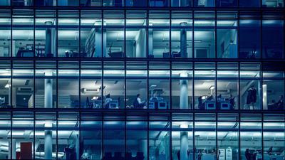 Wenige Menschen arbeiten am späten Nachmittag in einem Bürogebäude am Kurfürstendamm inBerlin.