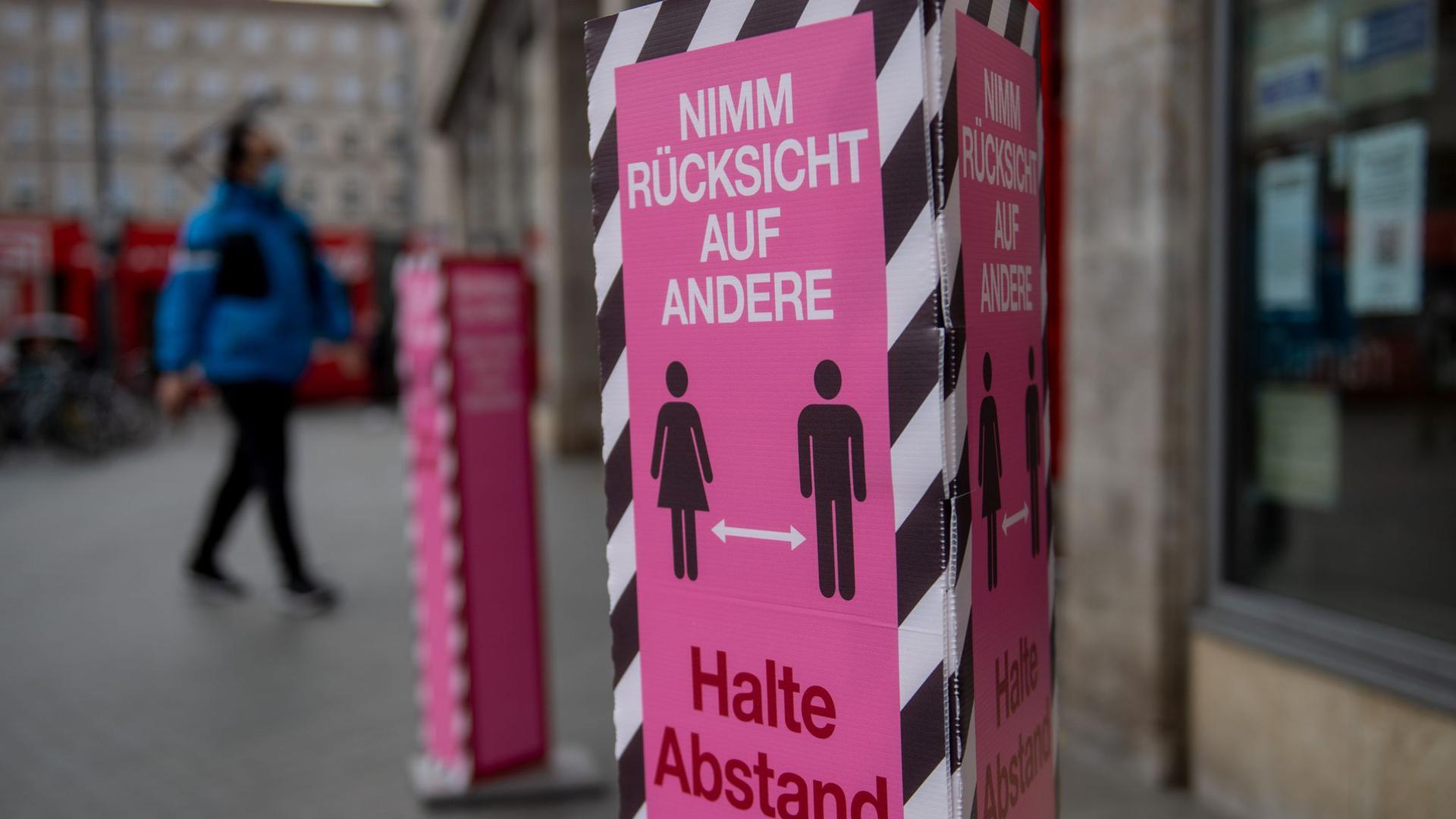 Die Menschen in weiten Teilen Deutschlands müssen sich auf Ausgangsbeschränkungen und geschlossene Läden nach bundesweit verbindlichen Vorgaben einstellen.