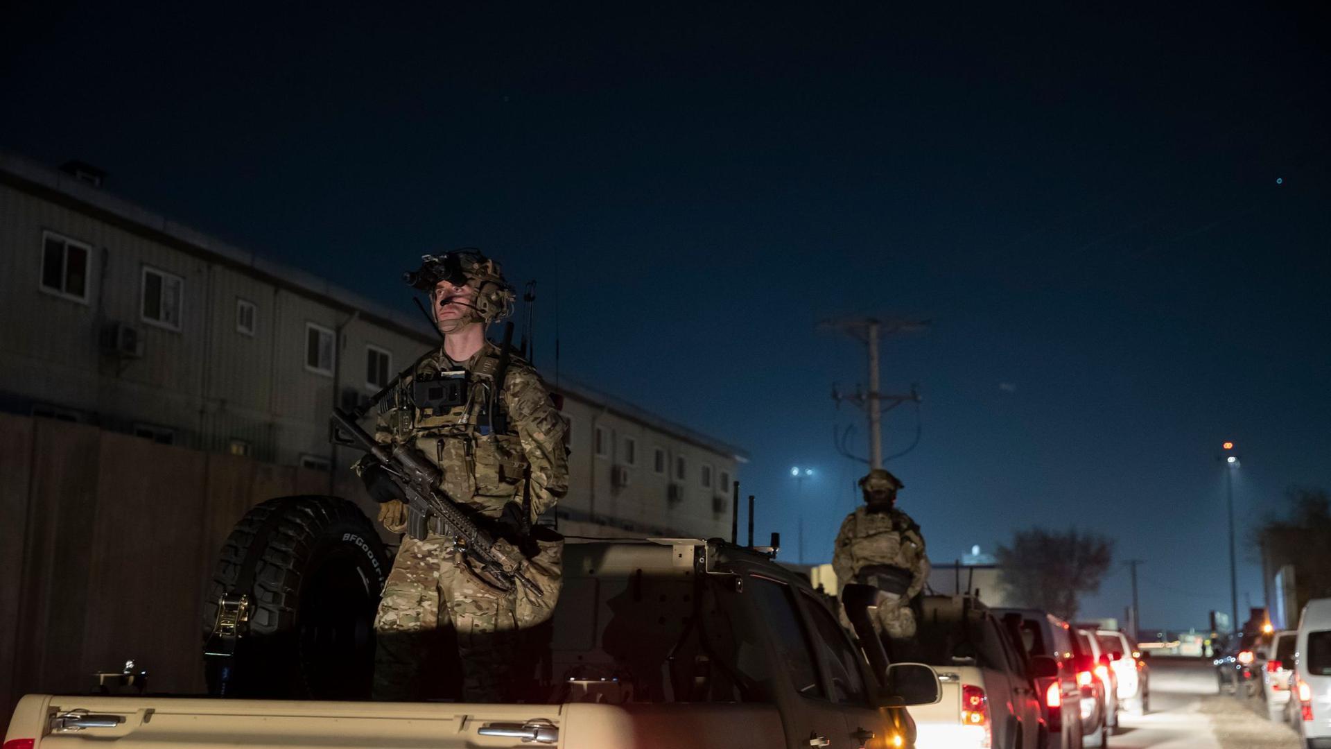 Bewaffnete US-Soldaten bei einem Überraschungsbesuch des US-Ex-Präsidenten Donald Trump in Bagram Air Field. Laut Regierungskreisen plant US-Präsident Biden den Abzug aus Afghanistan bis zum 11. September.