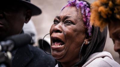 Angie Golson, Großmutter von Daunte Wright, weint um ihr Enkelkind während einer Pressekonferenz in Minneapolis.