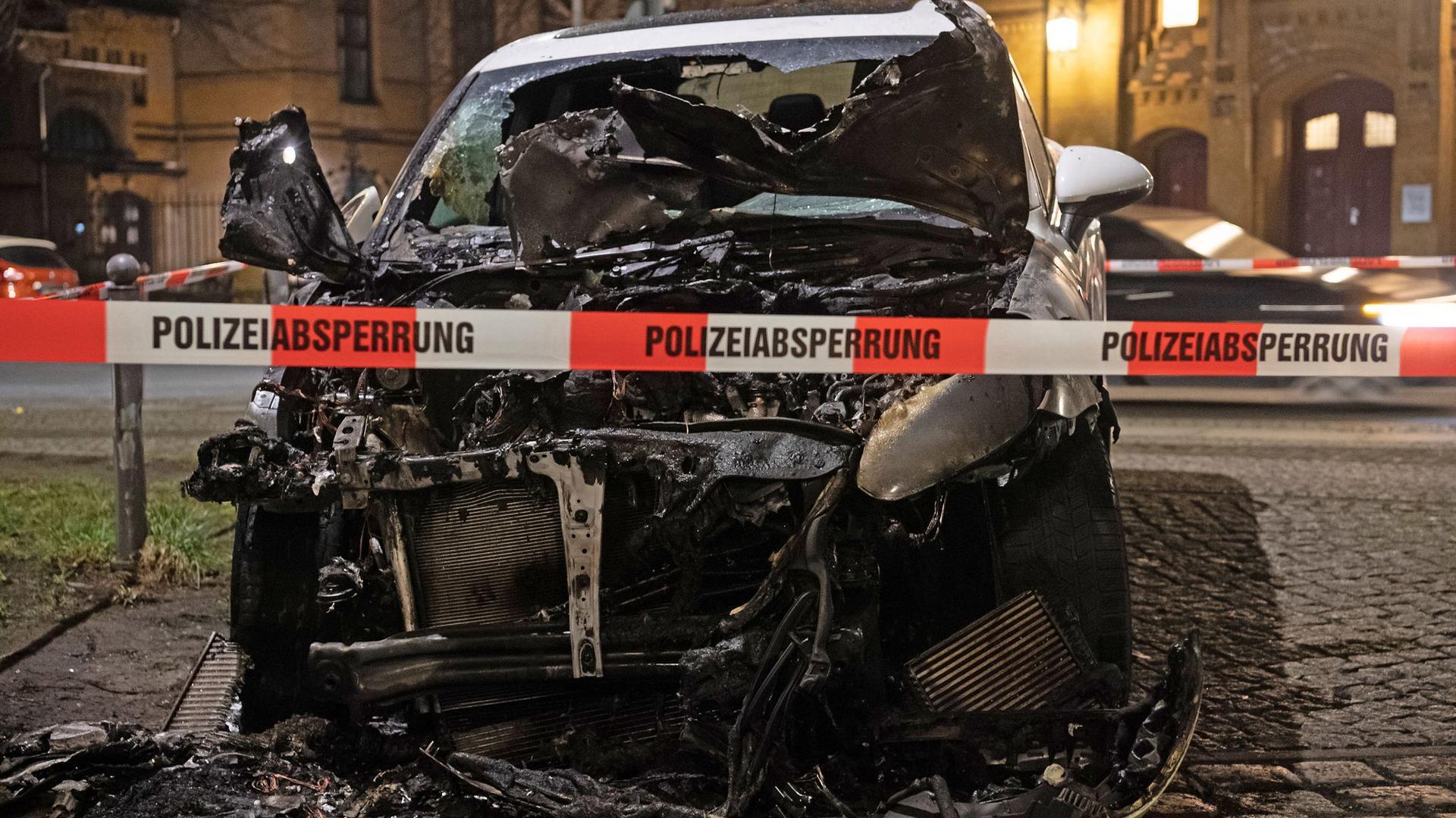 Ein ausgebranntes Auto in der Hannoverschen Straße in Berlin